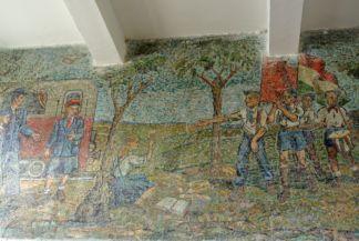 mozaik a Gyermekvasút végállomásának épületében