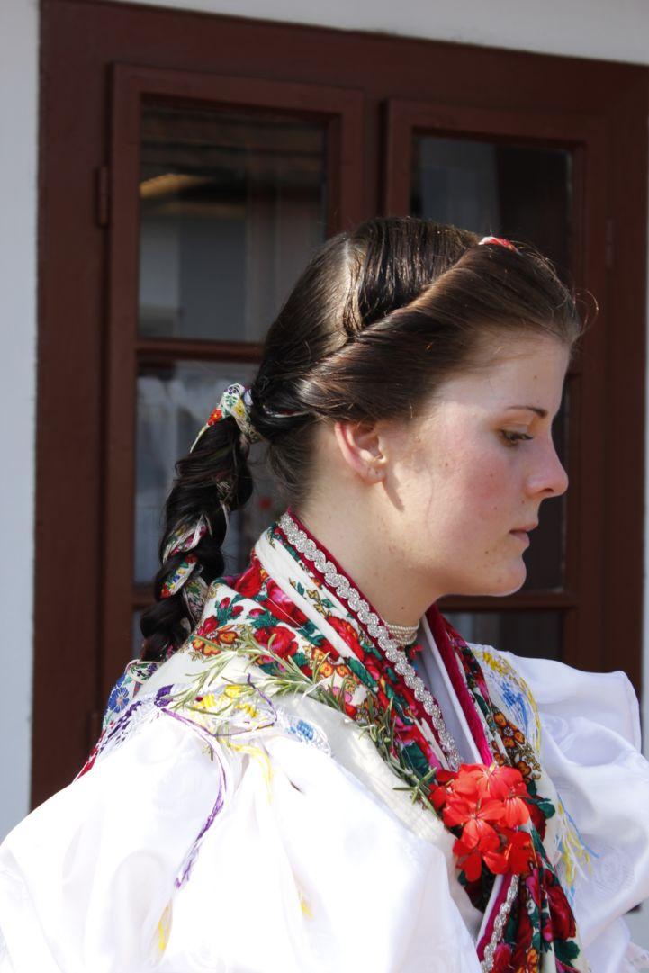 népviseletbe öltözött lány