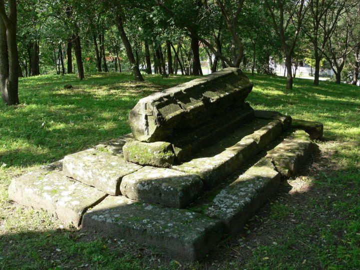 Vajky György egykori veszprémi kanonok, felsőörsi prépost sírja a Szent György templom bejárata előtt