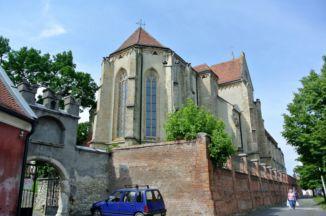 a Szent Mihály főangyal-templom hátulja az utcáról nézve