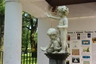 szobrok a Theodora forrás előtt