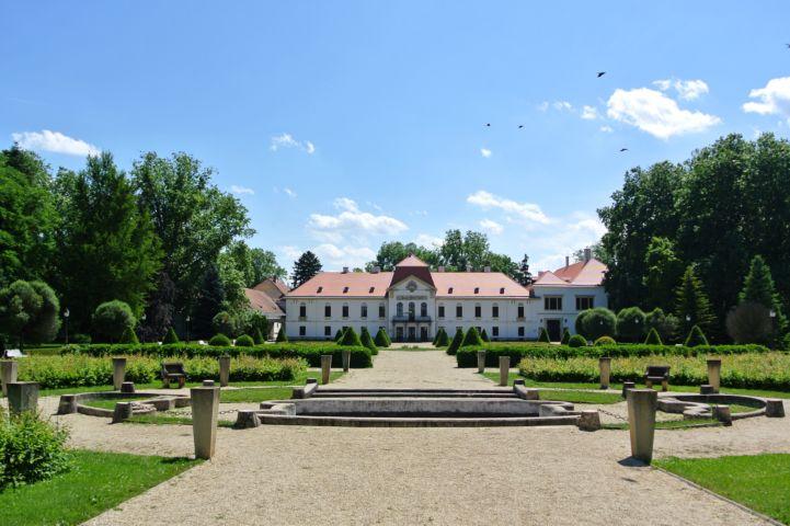 Széchenyi-kastély a díszudvarból nézve