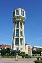 a siófoki Víztorony, előtérben egy miniatűr Víztorony szoborral