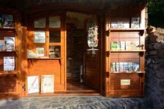 jegypénztár és térképárus a szigligeti vár bejáratánál