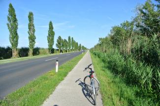 kerékpárút a tó felé
