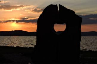 naplementés Balaton Szíve-szobor, a szívben a Tihanyi apátsággal