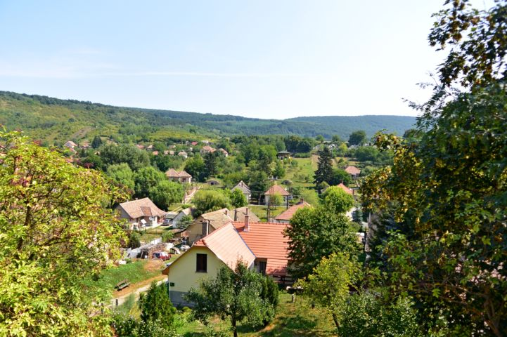 a falu látképe a templom dombról