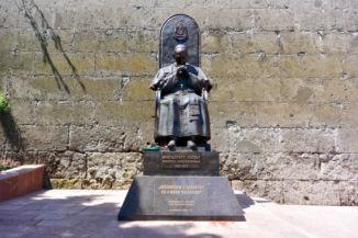 Mindszenty József bíboros szobra a Várhegy fala előtt
