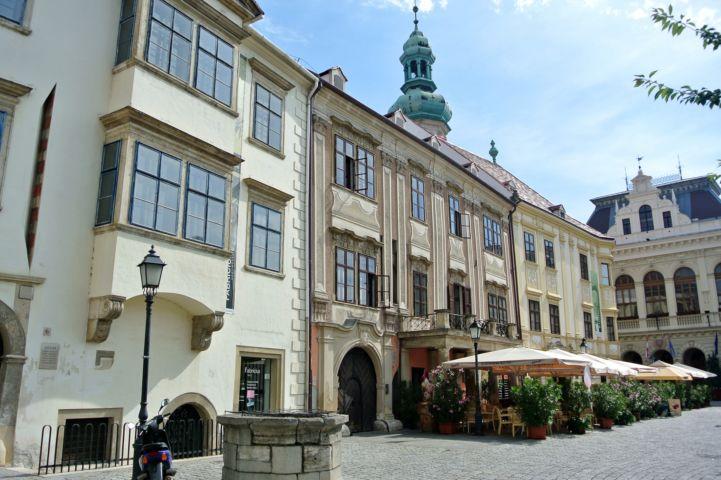 a város főterének három műemléki épülete: a Fabricius-ház, a Lackner-ház és a Storno-ház, jobbra a Városházával, háttérben a Tűztorony tetejével