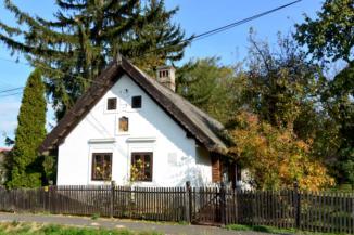 műemléki védelem alatt álló felújított, XIX. századi lakóház Balatonszentgyörgyön