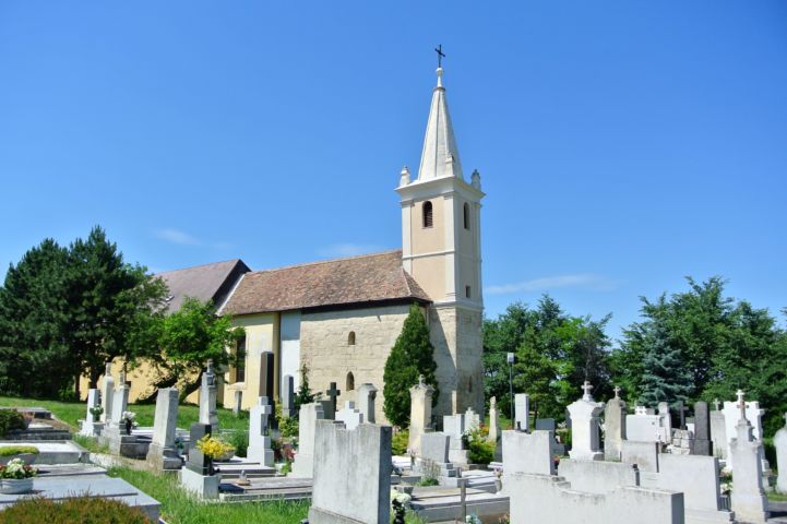 Szent András apostol-templom a mellette lévő temetővel