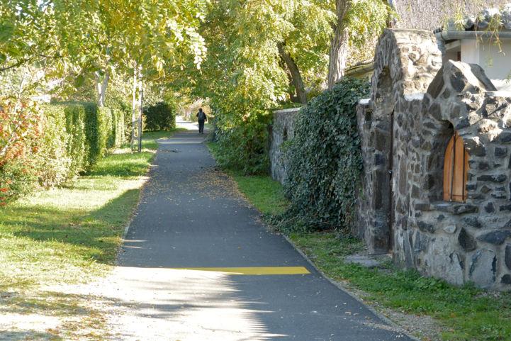 a Faludi utca mentén húzódó kerékpárúton haladunk