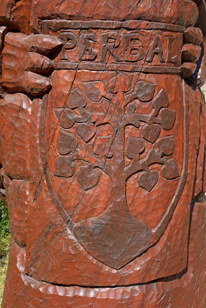 Perbál címere a A háromfejű sárkány szobron