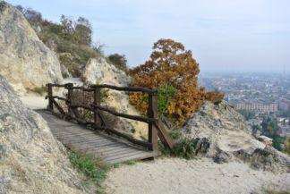 a hegy déli oldalának egy szakaszán kis fahidak vezetnek