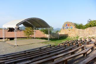 szabadtéri színpad a szigligeti várban