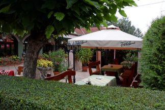 Zöld elefánt étterem kerthelyisége