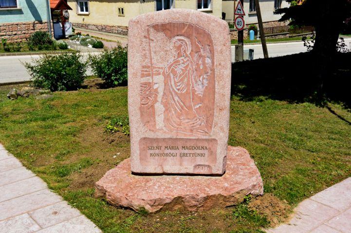 helyi kőből faragott Szent Mária Magdolna dombormű
