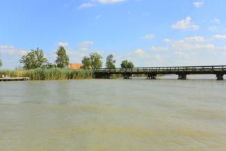 híd vezet át a Fertő tó egyik kis szigetére