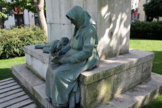 fekvő fiú és a neki felolvasó anyja a Gárdonyi Géza-szobor két mellékalakja
