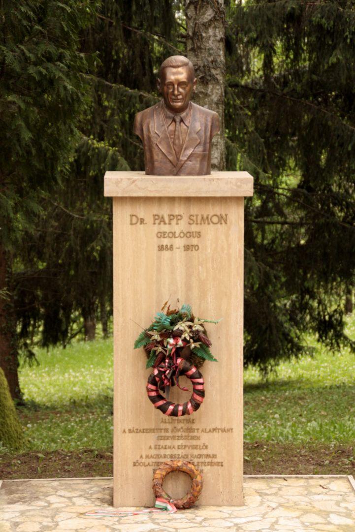 dr. Papp Simon mellszobra Bázakerettyén