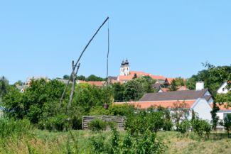 gémeskút a Belső-tónál, háttérben az apátság