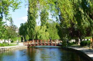 kis híd ível át a Tapolca-patak fölött