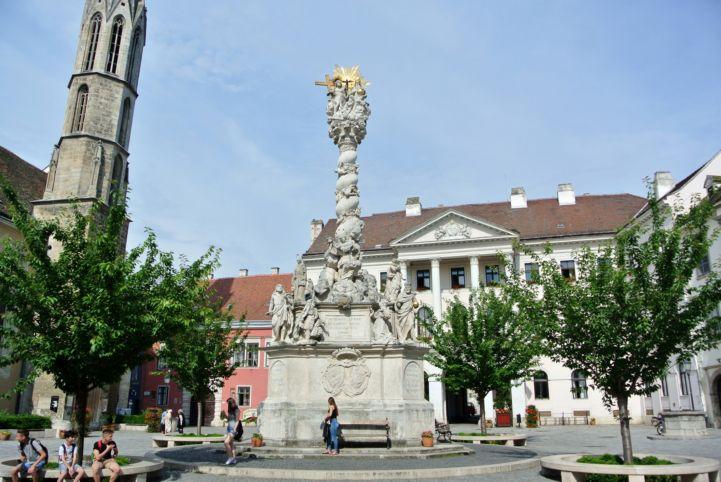 Szentháromság-szobor a főtéren