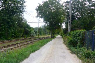 a Susulyka utcán követjük a Hosszúréti-patakot, utunkat a 41-es, 47B villamosok sínpárjai kísérik