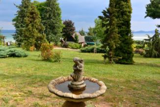 angyalkás madáritató a Folly Arborétumban, háttérben a Balatonnal