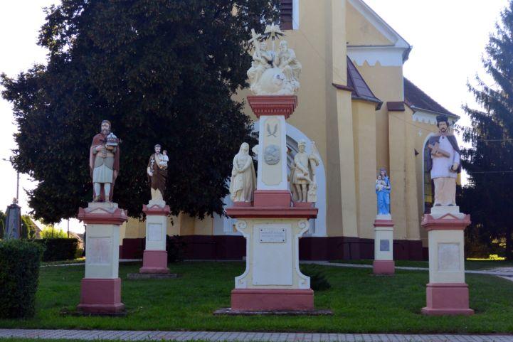 szentek szobrai a templom mellett