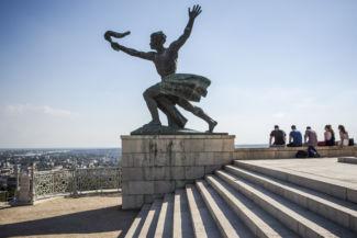 fáklyás alak a Szabadság-szobor bal oldalán
