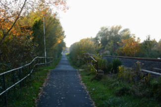 a vasúti sínek mellett visz a bringaút Gyenesdiáson