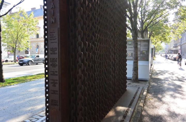 Berlini fal emlékműve a Terror Háza előtt