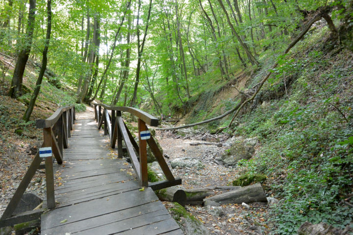 híd a kiszáradt Dera-patak fölött
