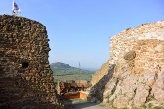 kilátás a szigligeti vár falai közül, a háttérben a Szent György-hegy