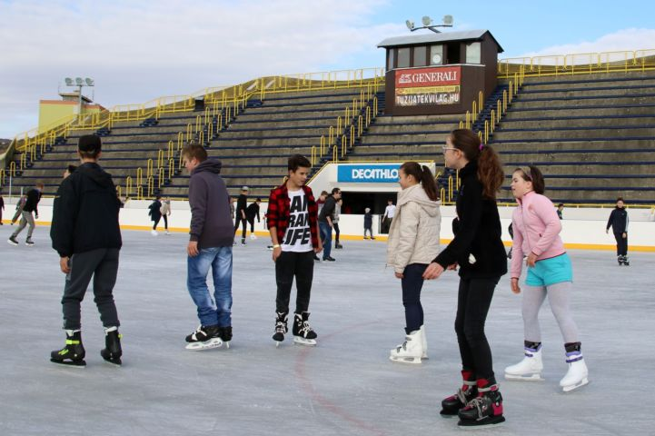 korcsolyázók a Pécsi Műjégpályán