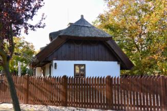 szép állapotú nádtetős lakóház Balatonberényben a Múltház szomszédságában