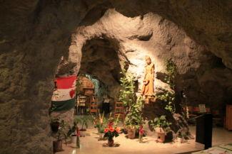 Magyarok Nagyasszonya-szobor a nevét viselő sziklatemplomban