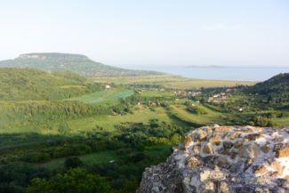 kilátás a Badacsonyra a szigligeti várból