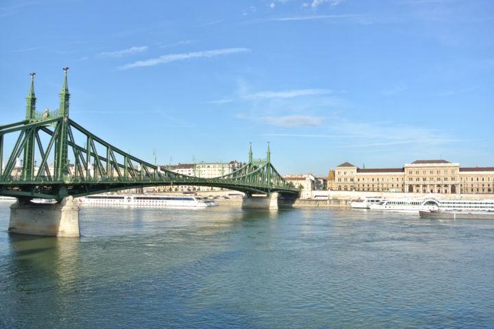 Szabadság híd, szemben a Budapesti Corvinus Egyetem