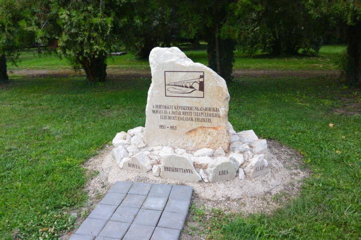 Kényszermunkatáborokba elhurcolt családok emlékköve