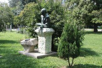 Kosztolányi Dezső-szobor a Feneketlen-tó szomszédságában