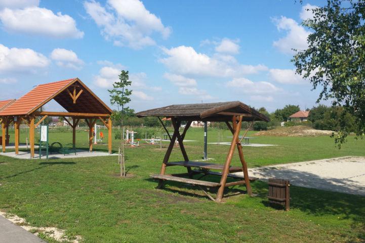 fedett pihenőhely és biciklitároló Tordason, a szabadtéri edzőpark mellett