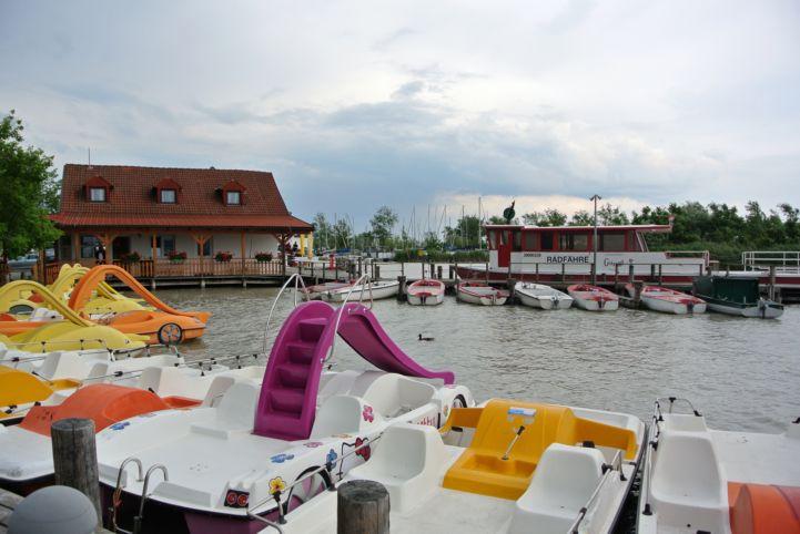 vízibiciklik és csónakok a kikötőben