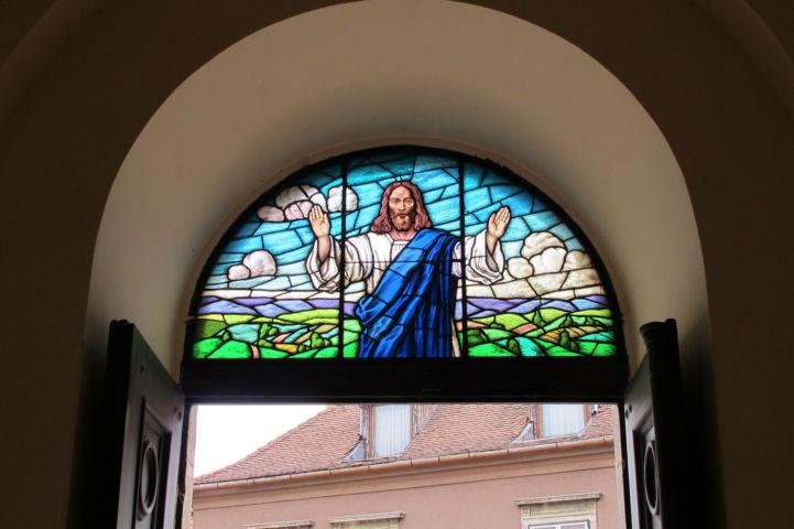 színes üvegablak az evangélikus templom bejárata fölött