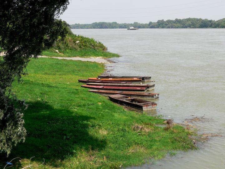 csónakok a Duna-parton