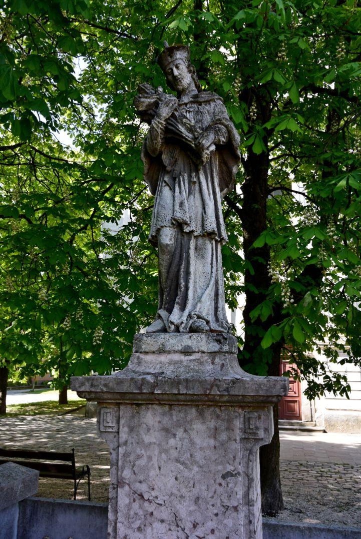 Nepomuki Szent János-szobor a Szűz Mária neve-templom előtt