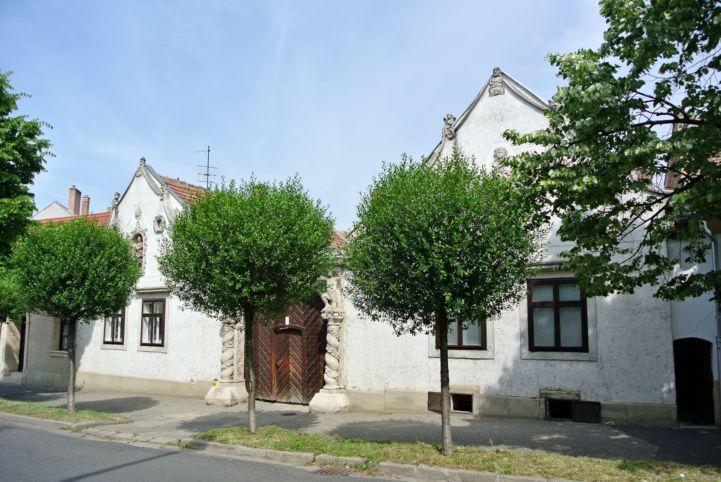 a Két Mór-ház kapuval egybekapcsolt két gazdaháza