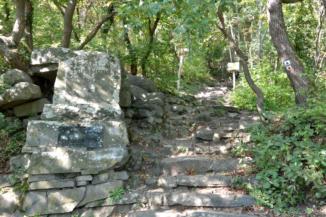 Hertelendy-emlékmű a Páholykő-kilátóhely felé vezető turistaút mentén