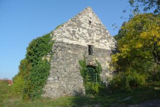 """az egykori Csobáncszög falu temploma, az úgynevezett """"Rossztemplom"""" a Csobánc oldalában"""